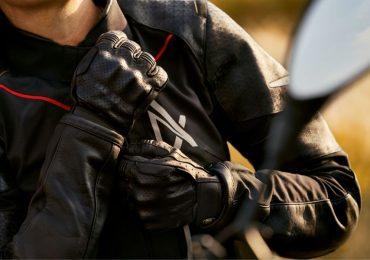 tus guantes dentro del casco