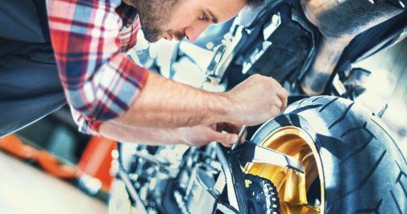 revisar el aceite de tu moto